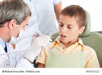 Ängstliches Kind beim Zahnarzt